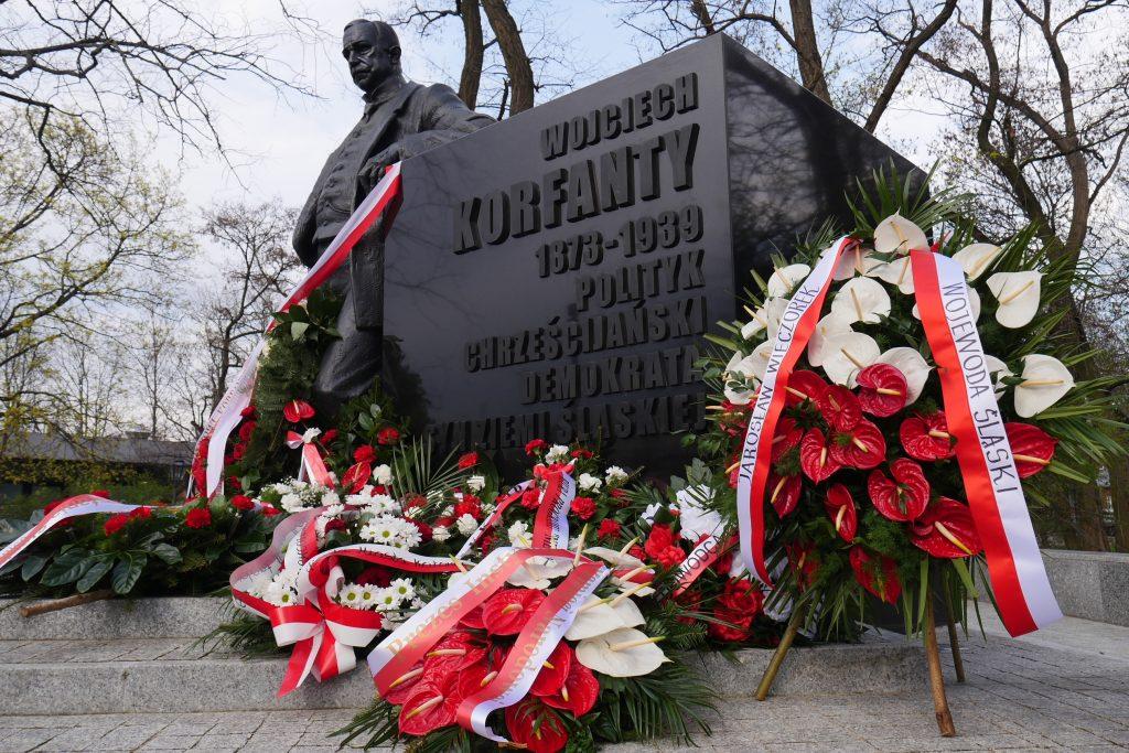 """Odsłonięcie napisu """"Syn Ziemi Śląskiej"""" na pomniku Korfantego w Warszawie"""